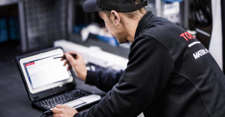tecnico realizando mantenimiento con datos telematicos