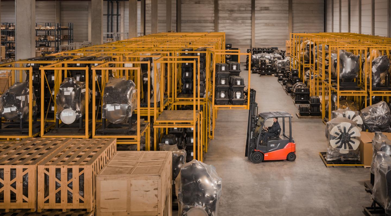 carretilla contrapesada en almacén con equipos industriales