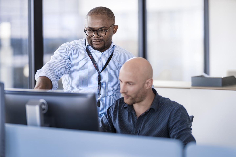 dos personas trabajando en oficinas