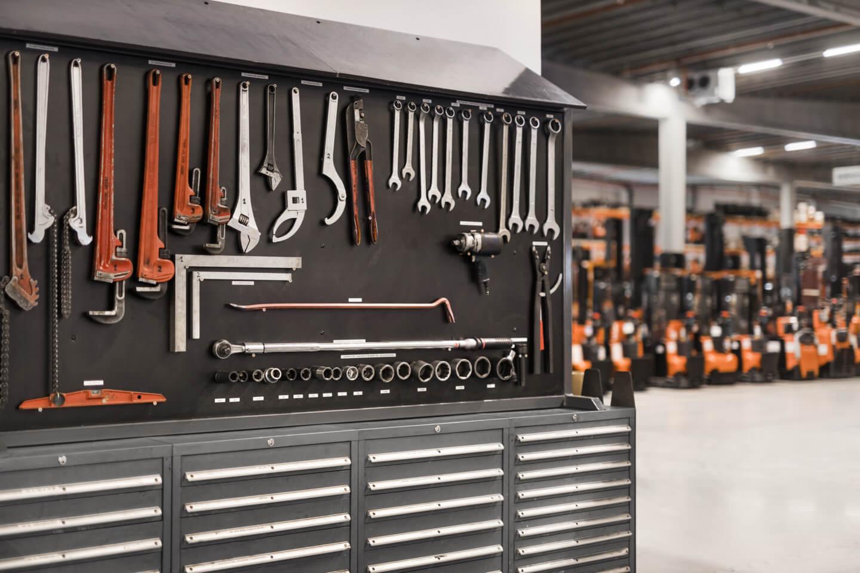 Panel de herramientas en taller organizadas según 5s
