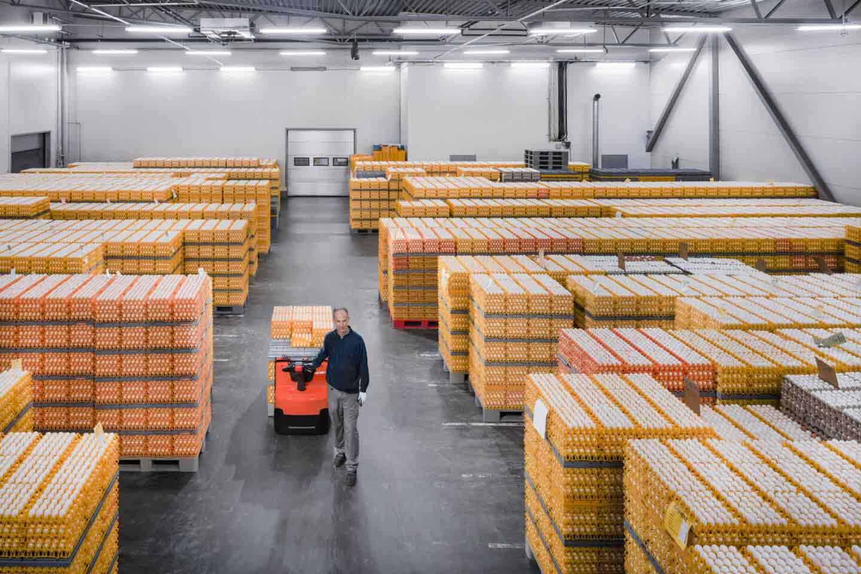 logística de almacenamiento con transpaleta eléctrica