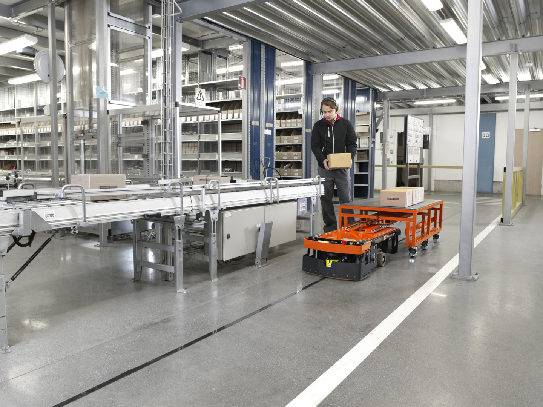 carretilla automatizada autopilot moviendo cajas por la línea productiva
