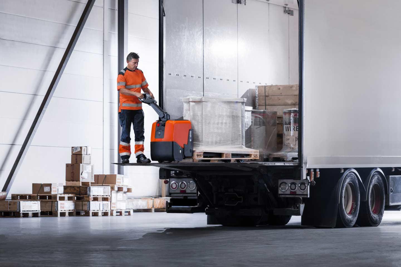 descarga del camión en la recepción de mercancías