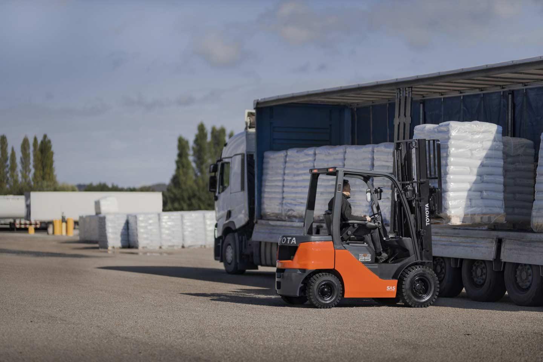 carretilla elevadora contrapesada de transmisión hidroestática cargando un camión