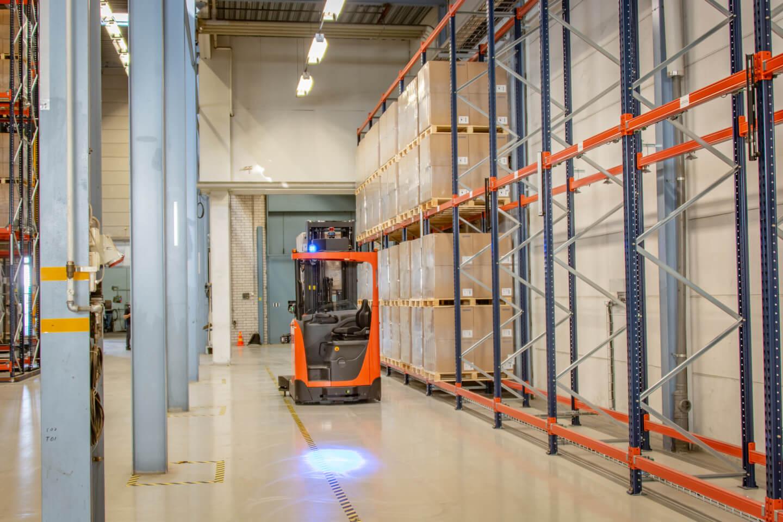 carretilla retráctil automatizada en desplazamiento interno