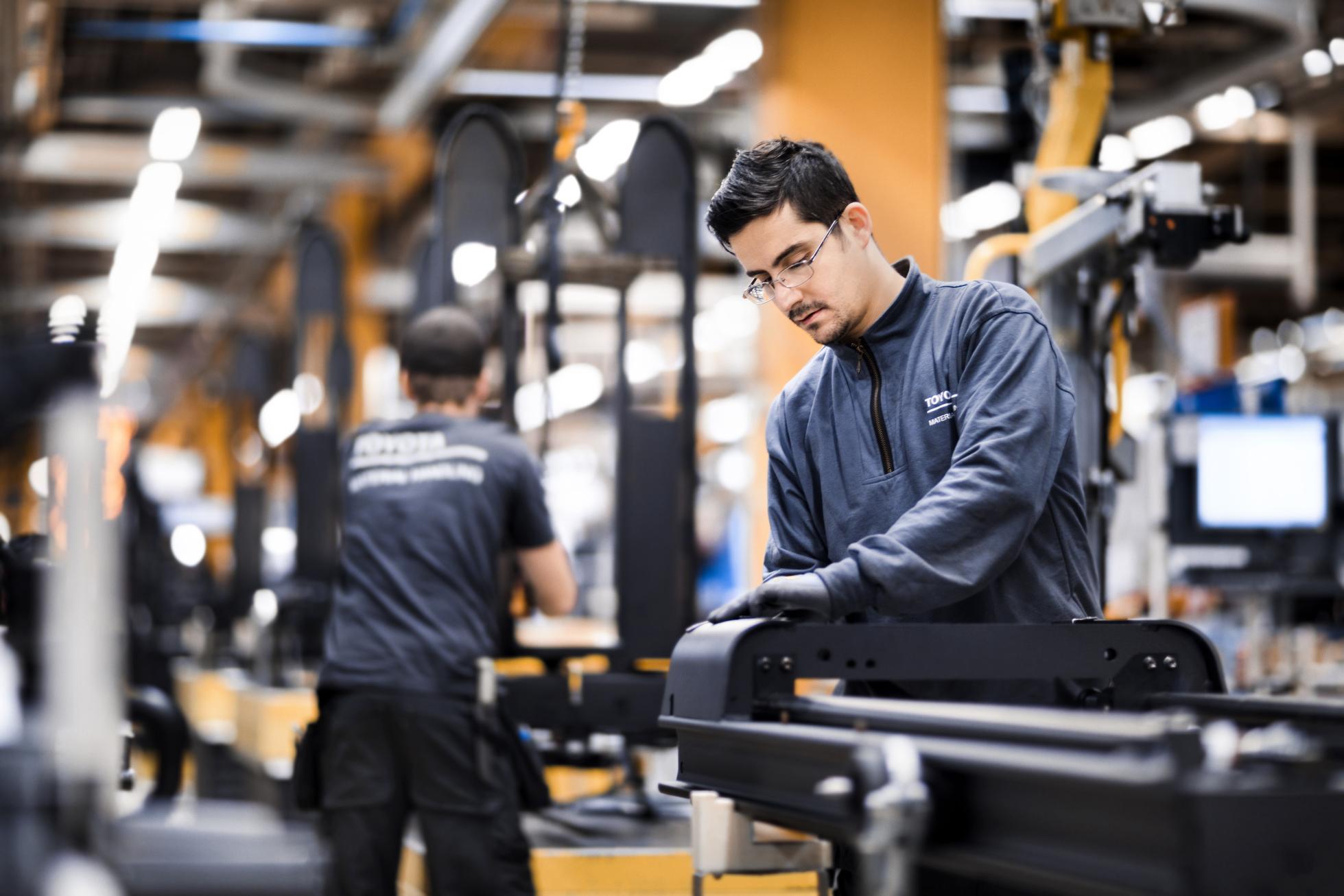 Equipo técnico en la planta de producción de Mjolby