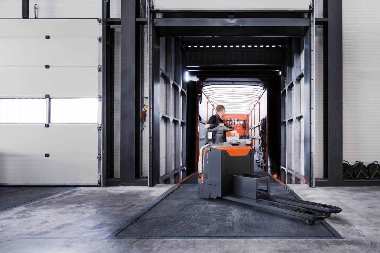 recepción mercancías con transpaleta eléctrica con plataforma