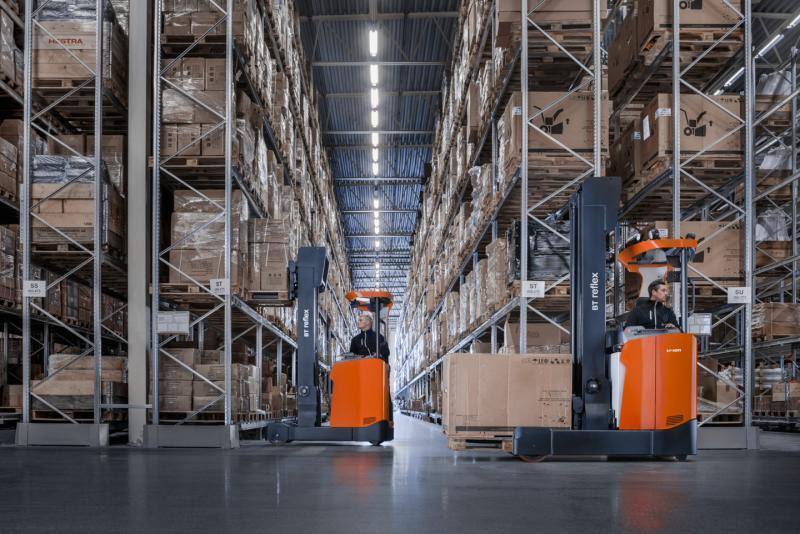 carretillas retráctiles en un almacén desplazando mercancías