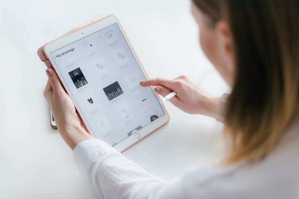 autónomo revisando una tablet